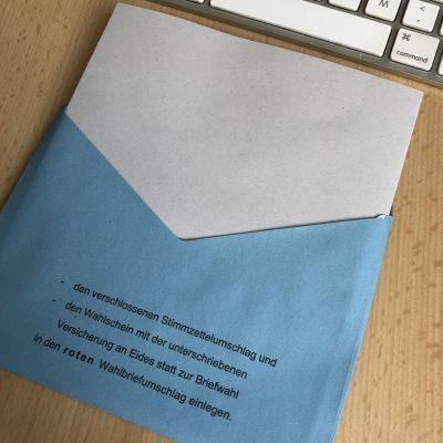 Stimmzettel für die Europawahl in den blauen Umschlag