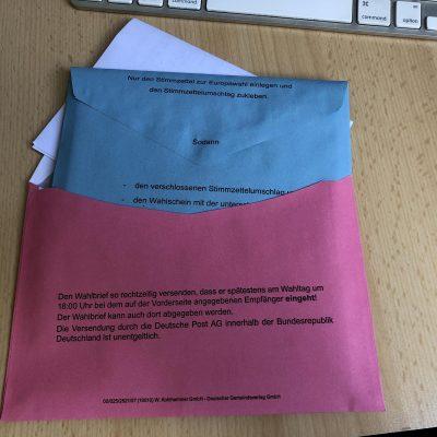 Blauer Umschlag mit eidesstattlicher Erklärung in den Rosa Umschlag